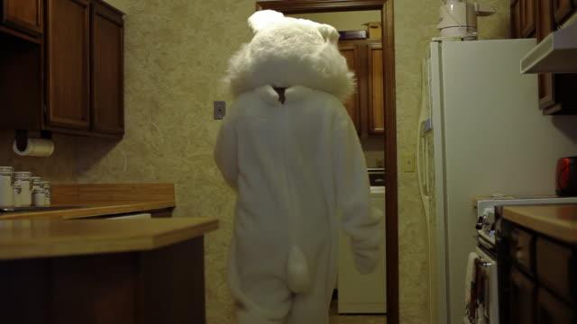easter bunny sieht im kühlschrank mit karotten - osterhase stock-videos und b-roll-filmmaterial