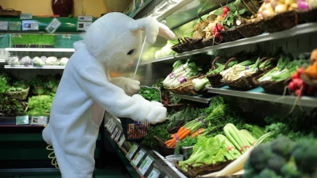 easter bunny shopping für karotten - osterhase stock-videos und b-roll-filmmaterial