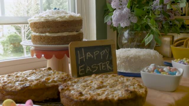 ostern-desserts und ein zeichen, das frohe ostern an eine tafel sagt - brunch stock-videos und b-roll-filmmaterial