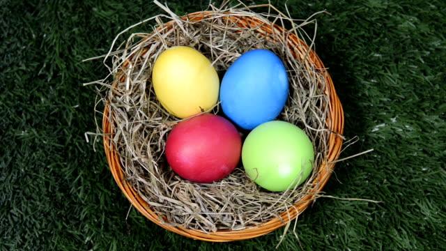 イースター卵芝生 - 籠点の映像素材/bロール