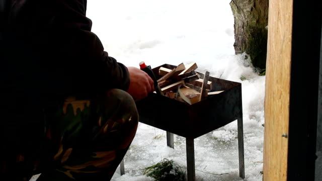 doğu avrupa: yaşam tarzı. adam bir gaz meşale ile ızgara ormanda yangın başlatmıştır. - bunsen beki stok videoları ve detay görüntü çekimi