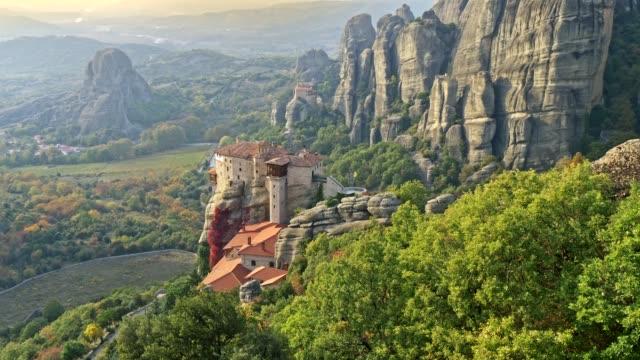 stockvideo's en b-roll-footage met oosters-orthodoxe kloosters complex, rotsen en een vallei in meteora, griekenland. 4k, uhd - klooster