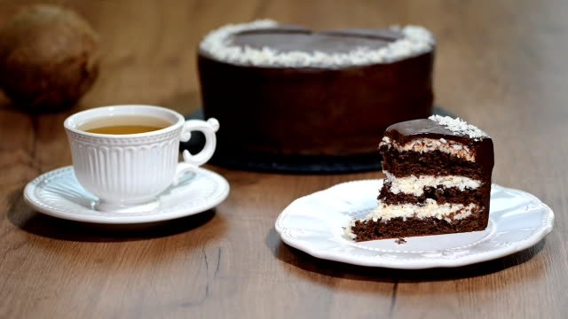 vídeos de stock, filmes e b-roll de comer um pedaço de bolo de chocolate-coco - comida salgada