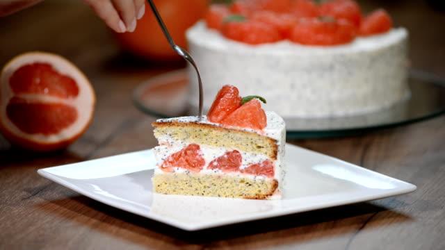 greyfurt pasta bir parça yemek - muhallebi stok videoları ve detay görüntü çekimi