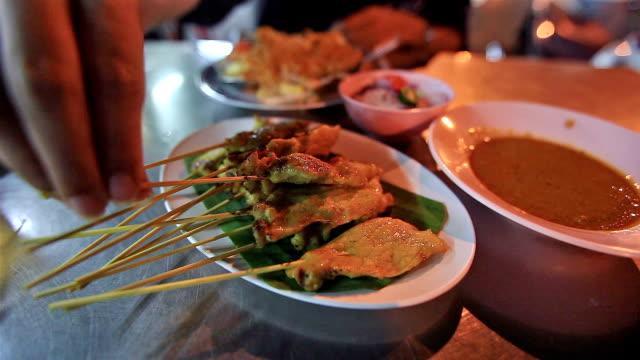 eat pork satay - vinäger bildbanksvideor och videomaterial från bakom kulisserna