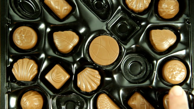 お食事は、ミルクチョコレート 1 箱。hd - バレンタイン チョコ点の映像素材/bロール