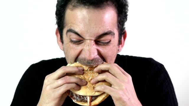 vídeos y material grabado en eventos de stock de comiendo hamburguesas en cámara lenta - hamburguesa