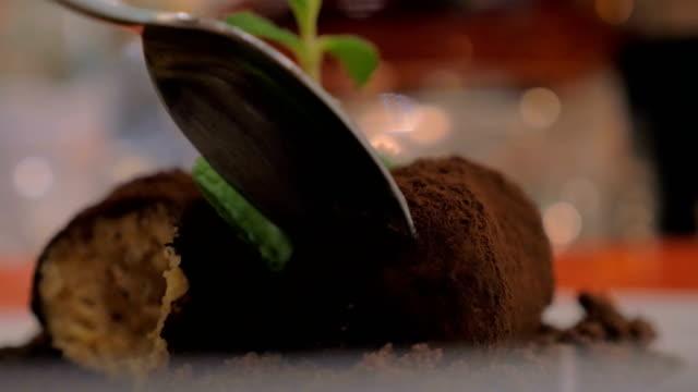 eating a restaurant dessert - decorazione per dolci video stock e b–roll