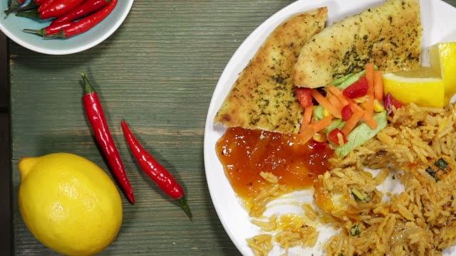 Comer una comida de Biryani de pollo estilo indio - vídeo