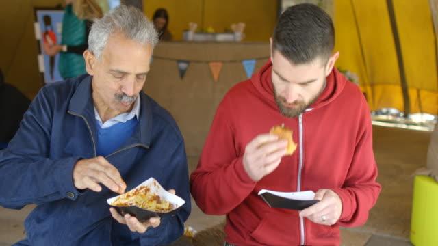 äta och bonding över en burger - 35 39 år bildbanksvideor och videomaterial från bakom kulisserna
