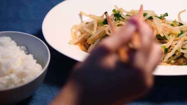äta bönor gro och kinesiska gräslök namul - böngrodd bildbanksvideor och videomaterial från bakom kulisserna