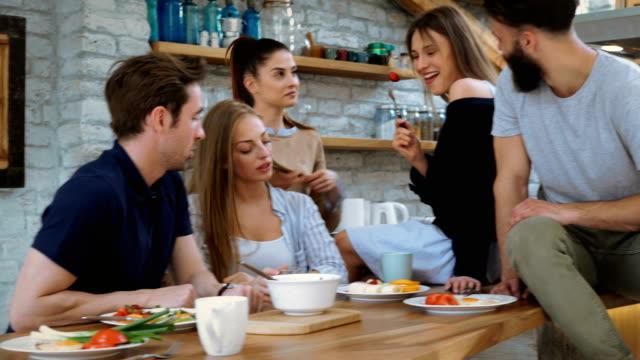 vídeos de stock, filmes e b-roll de tomando café com os amigos - comida feita em casa