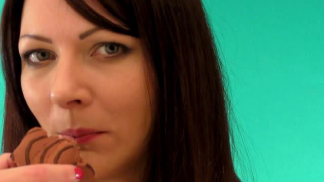 eating cake - brownie bildbanksvideor och videomaterial från bakom kulisserna