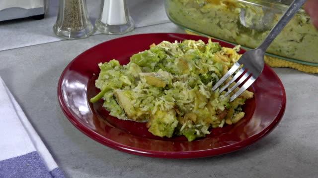 eating chicken casserole - broccolo video stock e b–roll