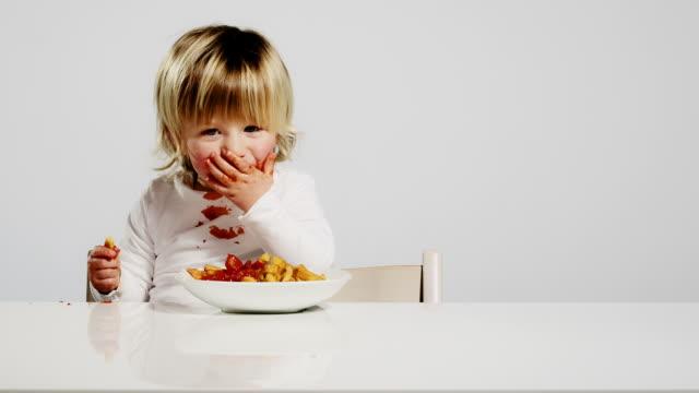 vídeos de stock e filmes b-roll de criança comer - boca suja