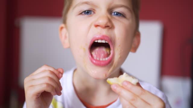 essen für kinder - negativ bildart stock-videos und b-roll-filmmaterial