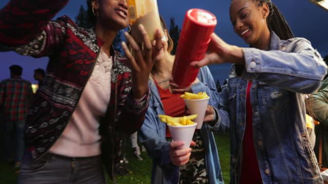 eating chips at a festival - video di bancarella video stock e b–roll
