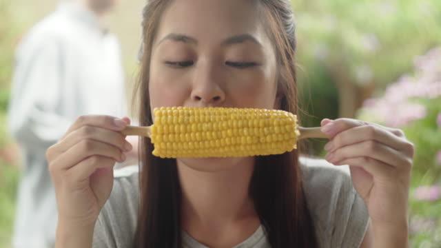 eating corn on the cob - węglowodan jedzenie filmów i materiałów b-roll