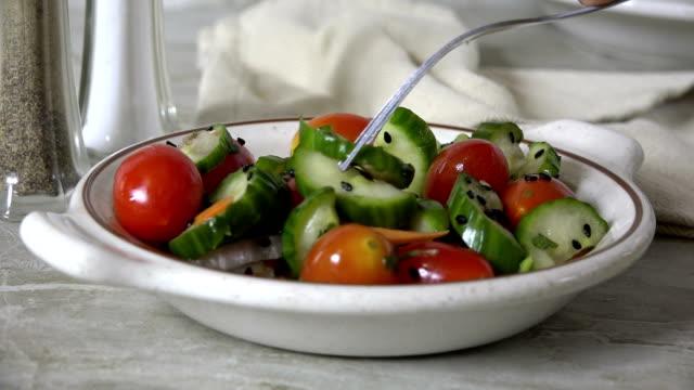 vídeos y material grabado en eventos de stock de comer ensalada de tomate de pepino a cámara lenta - dieta paleolítica