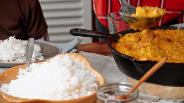 美味しかった 〜 自家製チキンカレーを食べるのお料理、ライス - インド料理点の映像素材/bロール