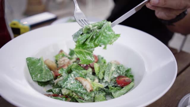 essen frischen salat. - vegetarisches gericht stock-videos und b-roll-filmmaterial