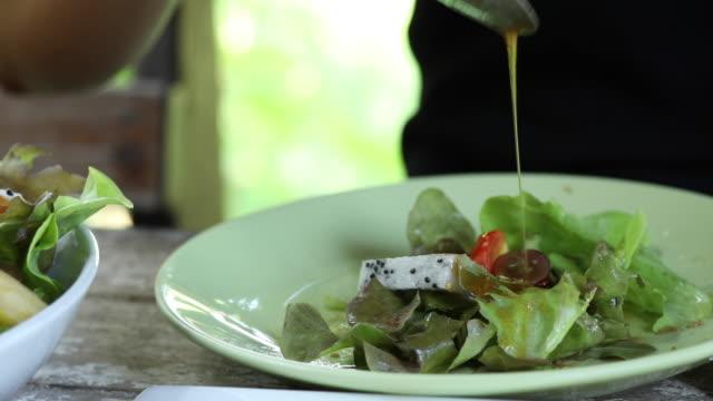 Manger salade fraîche - Vidéo