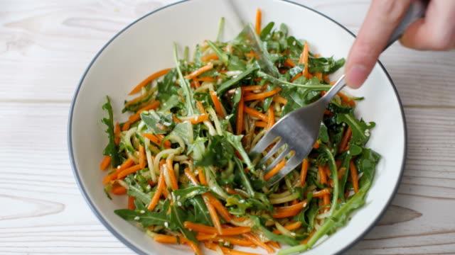 新鮮ニンジン食べてキュウリのサラダ - ビーガン点の映像素材/bロール