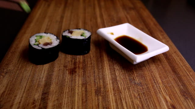 Eating futomaki sushi video