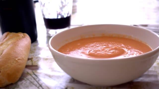 vídeos y material grabado en eventos de stock de comer gazpacho con una cuchara, servido en un tazón de fuente - comida española