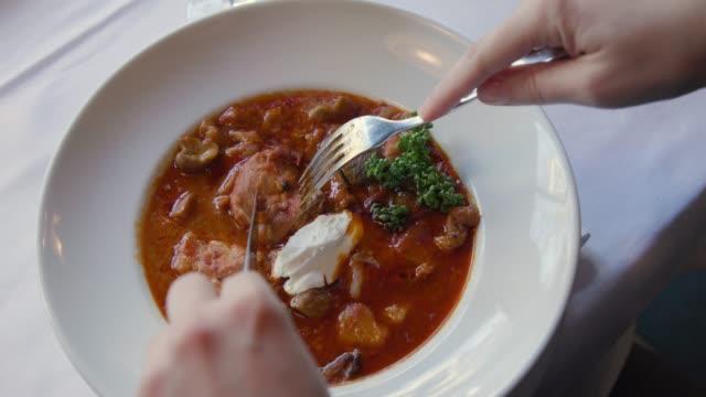 eating goulash and stew in a restaurant - łyżka sztućce filmów i materiałów b-roll
