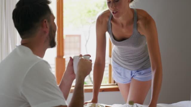 vidéos et rushes de manger sainement est de manger un petit déjeuner sain - boisson chaude