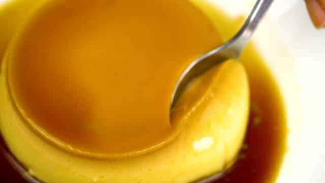 4k yeme ev yapımı karamelli muhallebi. - muhallebi stok videoları ve detay görüntü çekimi