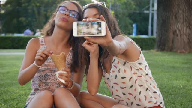 eis essen und machen selfie - teenage friends sharing food stock-videos und b-roll-filmmaterial
