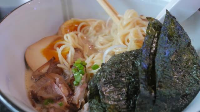 äta japanska ramen närbild. - misosås bildbanksvideor och videomaterial från bakom kulisserna