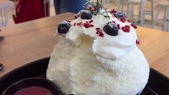 eating japanese shaved ice dessert flavored - cultura coreana video stock e b–roll