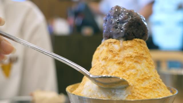 eating korean dessert - cultura coreana video stock e b–roll