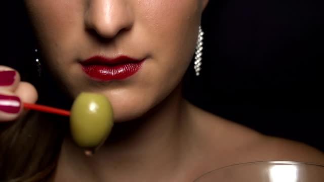 slow  motion: eating olive from martini glass - martini bildbanksvideor och videomaterial från bakom kulisserna