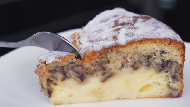 cevizli peynirli kek yemek - muhallebi stok videoları ve detay görüntü çekimi