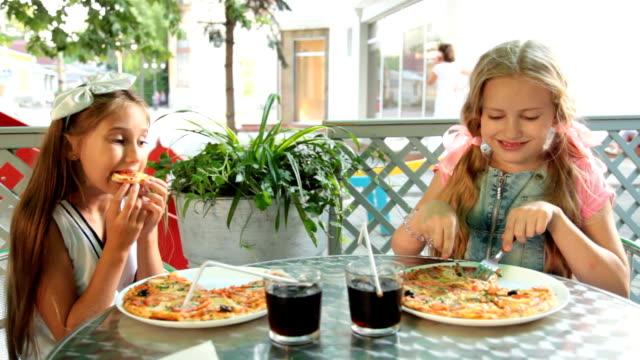 essen pizza im restaurant - scheibe portion stock-videos und b-roll-filmmaterial