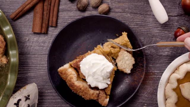 吃片新鮮出爐的南瓜餡餅 - pumpkin pie 個影片檔及 b 捲影像