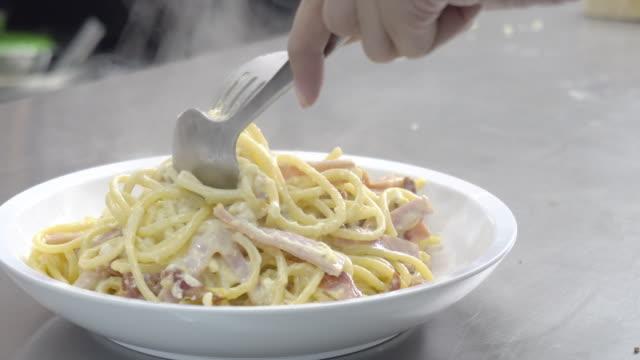 vidéos et rushes de manger des spaghettis carbonara. - spaghetti bolognaise