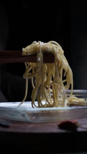 vídeos de stock, filmes e b-roll de comendo espaguete - comida italiana