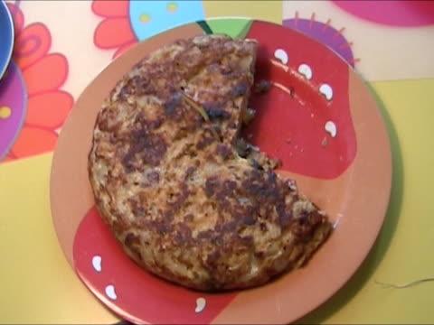 vídeos y material grabado en eventos de stock de comer tortilla de patata - comida española