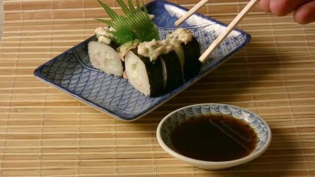 mangiare sushi piatto (hd - immergere video stock e b–roll
