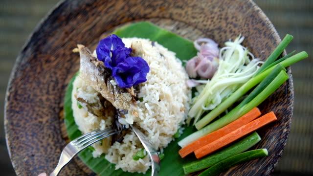 食べるタイ料理、サバのチャーハン (Pla も)。 ビデオ