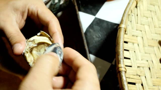 vídeos y material grabado en eventos de stock de comer los típicos duckeggs en el pueblo de filipinas - filipinas