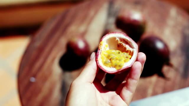 Comida tradicional en Asia verano deliciosa fruta de la pasión. 1920 x 1080 - vídeo