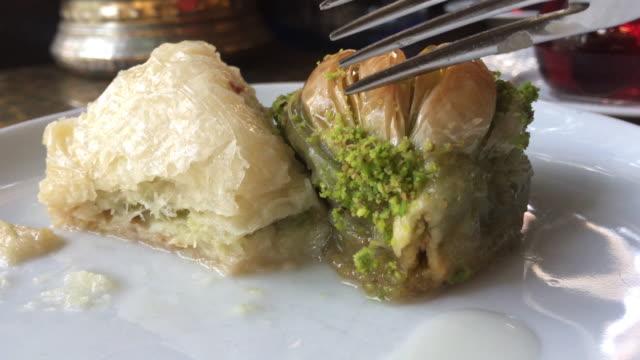 äta turkisk baklava med pistage, traditionell dessert - ramadan bildbanksvideor och videomaterial från bakom kulisserna