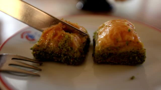 Türkische Nachspeise Baklava essen – Video