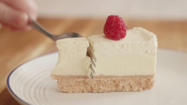 eating vanilla cheese cake - sernik filmów i materiałów b-roll